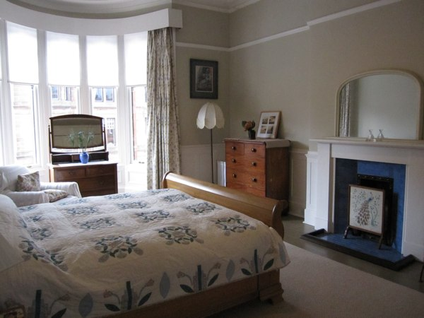 Bedroom with knigsize bed queensgate apartments glasgow for Beds glasgow